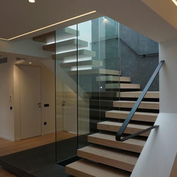 Η σκάλα προς το δώμα και την πισίνα