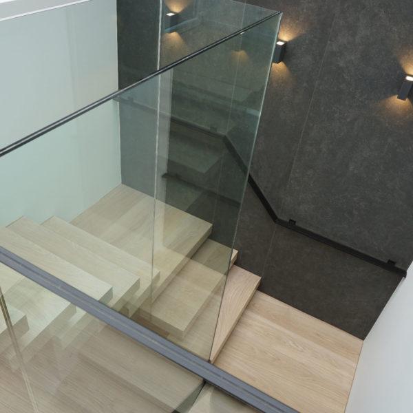 Η σκάλα προς το δώμα και την πισίνα - Staircase towards the roof and pool